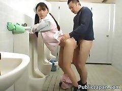 Aziatische badkamer begeleider is in de mens part4