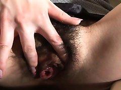 Azijski djevojka s dlakavog пиздой masturbira na wc
