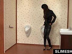 Suh dekle na kolenih na gloryhole wc
