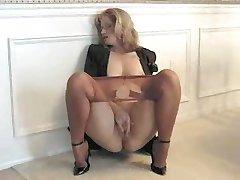 Sammi masturbeert in je panty 040