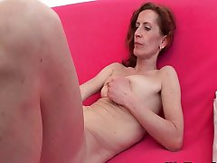 Skinny MILF gives her shaved pussy a treat