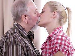 Sexy blonde lul van haar vriendje oude oom tijdens het wachten voor hem