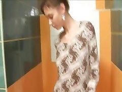 Utrolig tynn søte dama på toalett