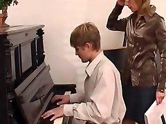 klavieru skolotāju dominē viņas, students