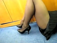 Pantyhose Flash in the Office