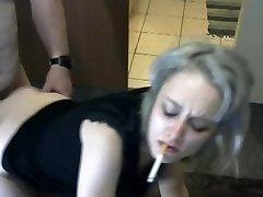 blondynka pali i pieprzy