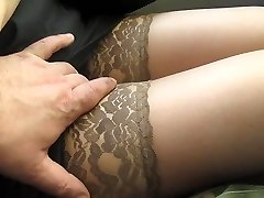 Het aanraken van haar benen in tan kousen in een bus