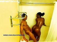 Ebony meitene ar lielām krūtīm un pakaļu kļūst fucked dušas - spiegu video
