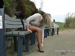Krāšņs meiteni, kas rāda, pie viņas ilgi tvirtu kājas un augstpapēžu kurpes sexy