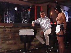 , लेटेक्स पहने slavegirl दूर से उसके आदमी के साथ