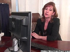 Office bestemor i strømpebukse fungerer hennes gamle fitte