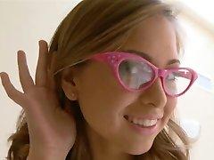 , स्कूली छात्रा चश्मा पहने हुए मुश्किल टक्कर लगी है