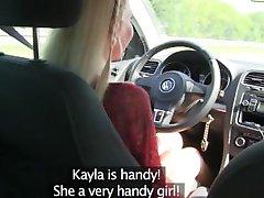 Draudzenes Karstā peldkostīmu meitenei ir incītis licked uz automašīnas aizmugures sēdekļa