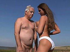 大胸部的青少年的乱搞*奥德曼在海滩上