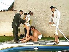Nekustamo īpašumu baseina gangbanged ar pircējiem