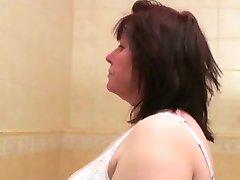 BBW Vecenīte izpaužas off vannas istaba
