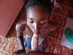 melns pusaudžu meitene sūkāt mani viesnīca Madagaskara