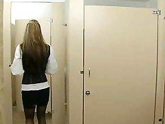 Biroja dzimuma tualetē,