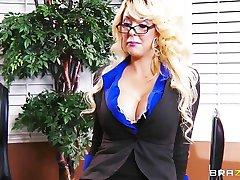 Busty blondīne MILF piedāvā viņai iekjais darbs, ja viņš var izdrāzt viņas tiesības