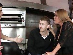 Brazzers - Kianna Dior fucks viņas dēli draugs