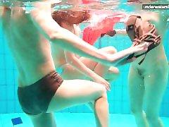 3 دختران از آن لذت ببرید در آب