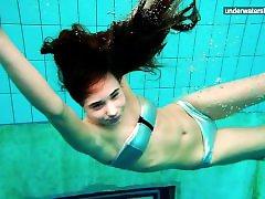 3 नग्न लड़कियों के पानी में मज़ा है