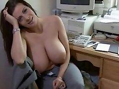 सेक्सी बड़े स्तन माँ