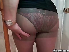 Busty milf Mia Jones sloksnes off un fucks dildo