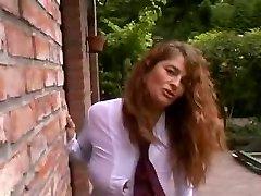 Seksīgo un piedauzīgo cirtaini MILF āra ar 3 puiši
