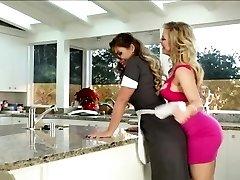 Leszbikusok nyalás punci a konyhában