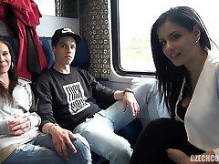 चार चार लोग सेक्स में सार्वजनिक ट्रेन
