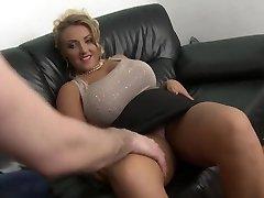 blonde milf ar lielām dabīgām krūtīm shaved incītis fuck