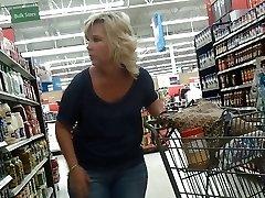 Sexig Blond Milf på Walmart