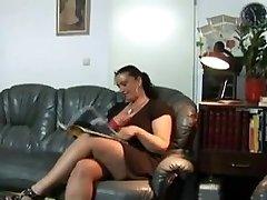 युवा लड़की परिपक्व युगल बड़े स्तन के साथ