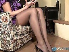Desagradável morena querida Flavia parece irresistível em nylon preto meia-calça