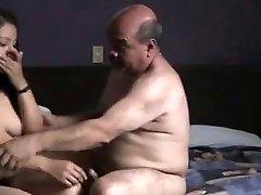 भारतीय prostitude लड़की द्वारा गड़बड़ बूढ़ा आदमी होटल के कमरे में