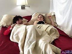 la matrigna condivide il letto con il figliastro arrapato