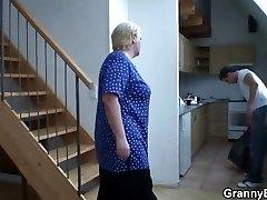 Viņš palīdz blondīne vecmāmiņa