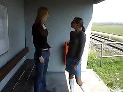 Zwei Lesben चाट sich die Spalten am Bahnhof!