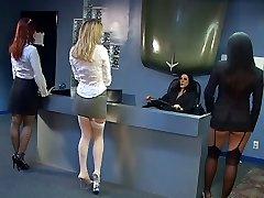 सेक्सी रेवेन बॉस के आदेश करने के लिए युवा संवर्धन काली चूत