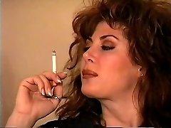 क्लासिक काले बाल वाली धूम्रपान करते हुए अकेले
