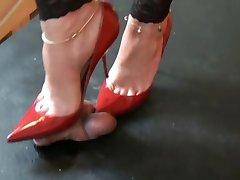 लाल ऊँची एड़ी के जूते