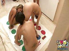 חמש נערות קולג ' משחק טוויסטר