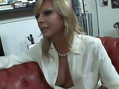 Blondīne itālijas Shemale Allana fuck uz dīvāna
