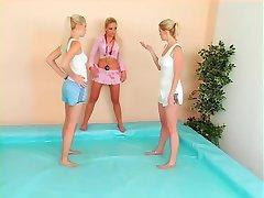 catfight în piscină