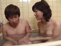 Japonská mama spoločného nie je jej syn v kúpeli