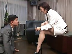ázijské nohy femdom fajčenie s cigaretou držiteľ