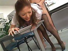 Aasian toimistossa tytön, sukkahousut gets perseestä