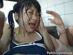 Asian babe je teplá a kúpanie v kúpeľoch