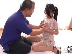 Japonský cutie Mikako sať a jazdiť na penis